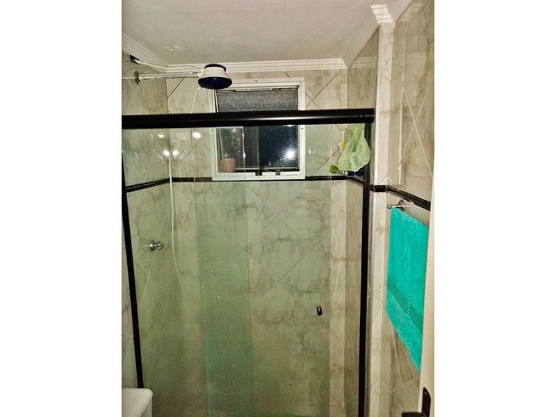 Jabaquara, Apartamento Padrão-Banheiro  social com piso de cerâmica, teto com moldura de gesso e box de vidro.