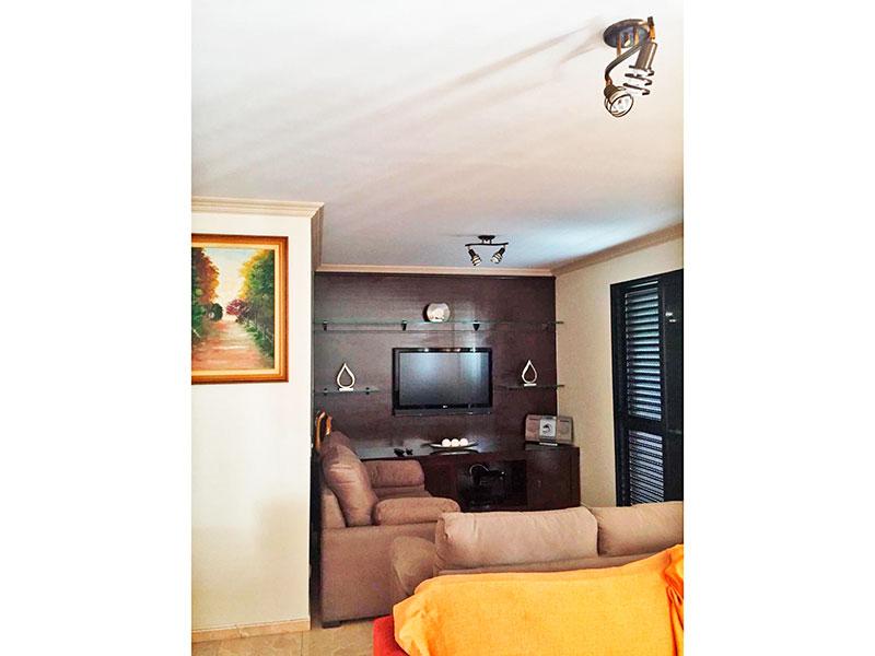 Ipiranga, Apartamento Padrão-Sala ampliada (com o 4º quarto), com piso de porcelanato, teto com moldura de gesso e acesso a varanda.
