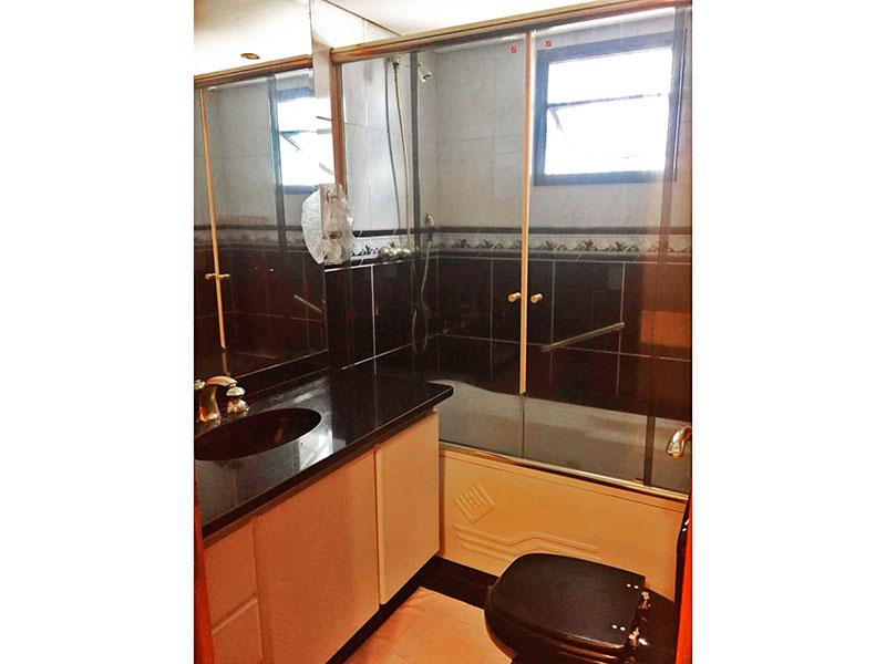 Ipiranga, Apartamento Padrão-Banheiro da 1ª suíte com piso de cerâmica, gabinete, pia de granito e banheira de hidromassagem.