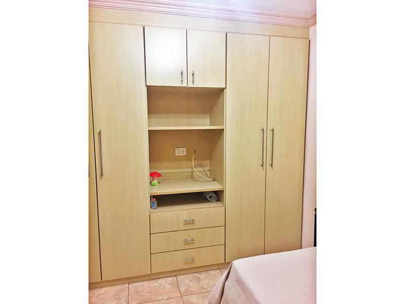 Ipiranga, Apartamento Padrão-2ª Suíte com piso de cerâmica, teto com moldura de gesso e armários planejados.