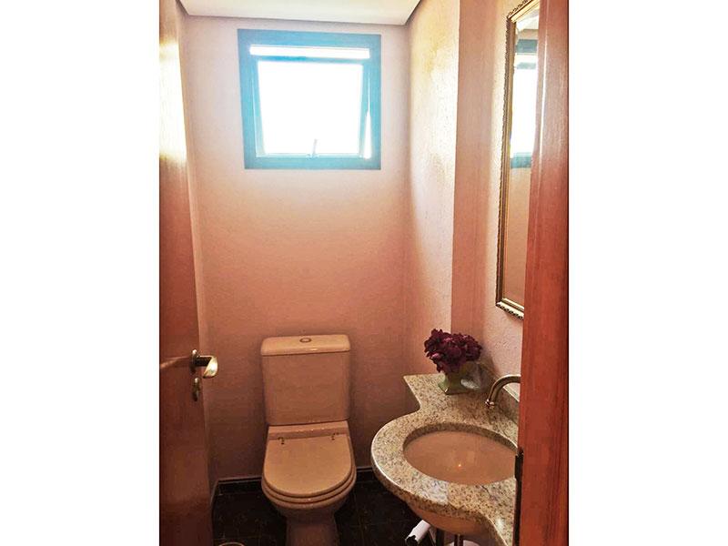 Ipiranga, Apartamento Padrão-Banheiro da área de serviço com piso de cerâmica, teto com sanca e pia de granito.