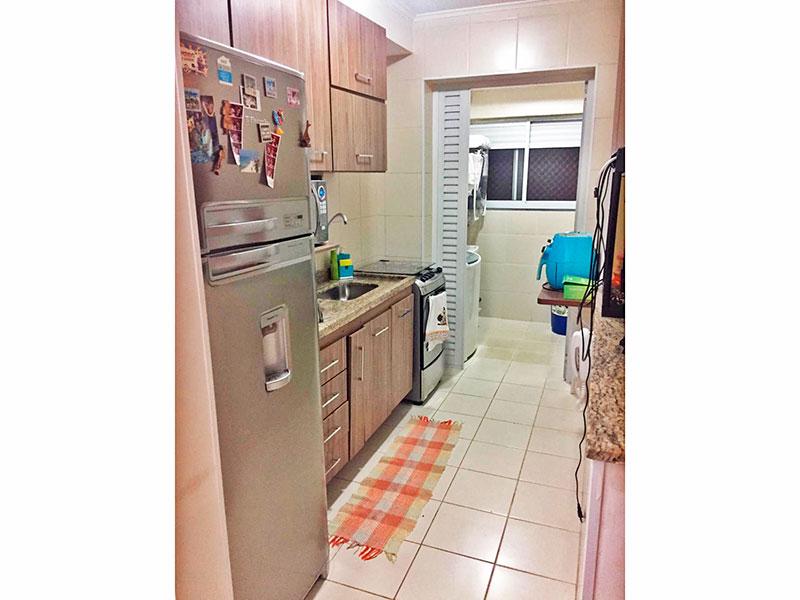 Sacomã, Apartamento Padrão-Cozinha americana com piso de cerâmica, teto com moldura de gesso, iluminação embutida, armários planejados, gabinete, pia de granito e acesso a área de serviço.