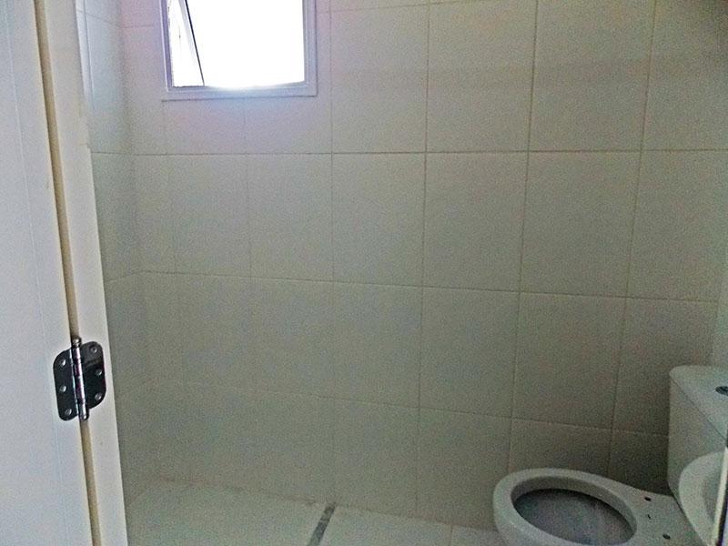 Sacomã, Apartamento Padrão-Banheiro da suíte com piso de cerâmica, pia de porcelana e box.