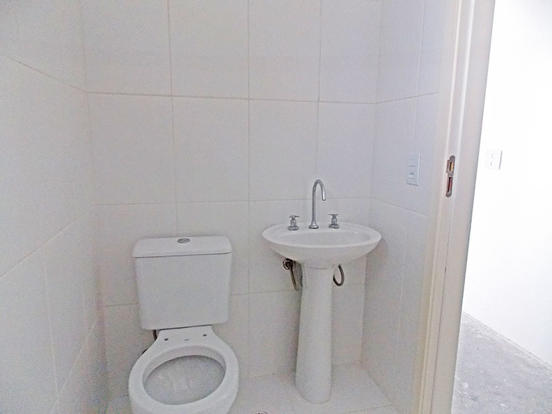 Sacomã, Apartamento Padrão-Banheiro social com piso de cerâmica e pia de porcelana.