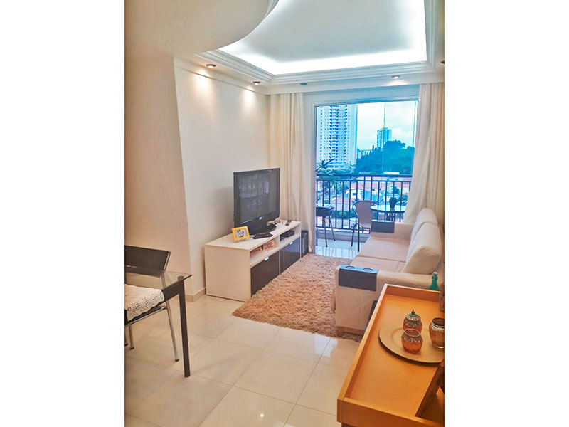 Sacomã, Apartamento Padrão - Sala em L com piso de porcelanato, teto com sanca de gesso, iluminação embutida e acesso a varanda.