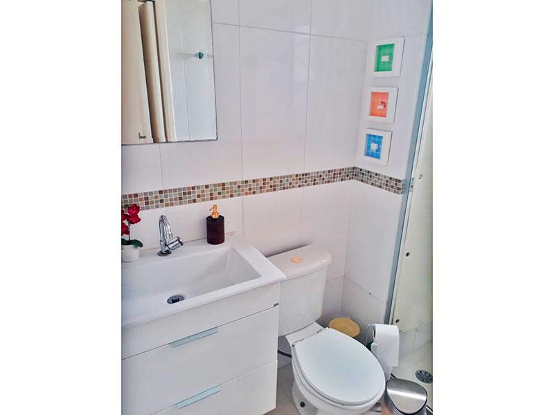 Sacomã, Apartamento Padrão-Banheiro social com piso de cerâmica, gabinete, pia de nanogloss e box de vidro.
