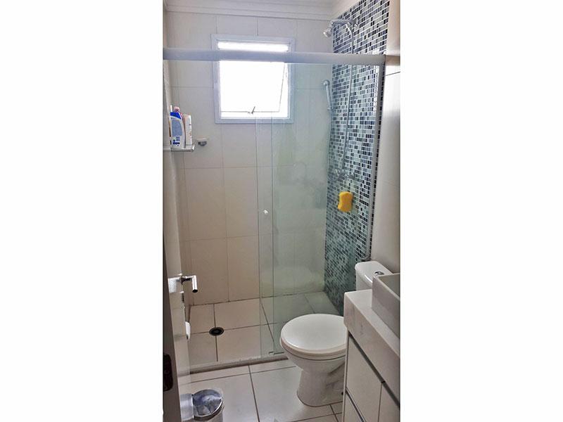 Ipiranga, Apartamento Padrão-Banheiro da suíte com piso de cerâmica, teto com moldura de gesso, gabinete, pia sobreposta e box de vidro.