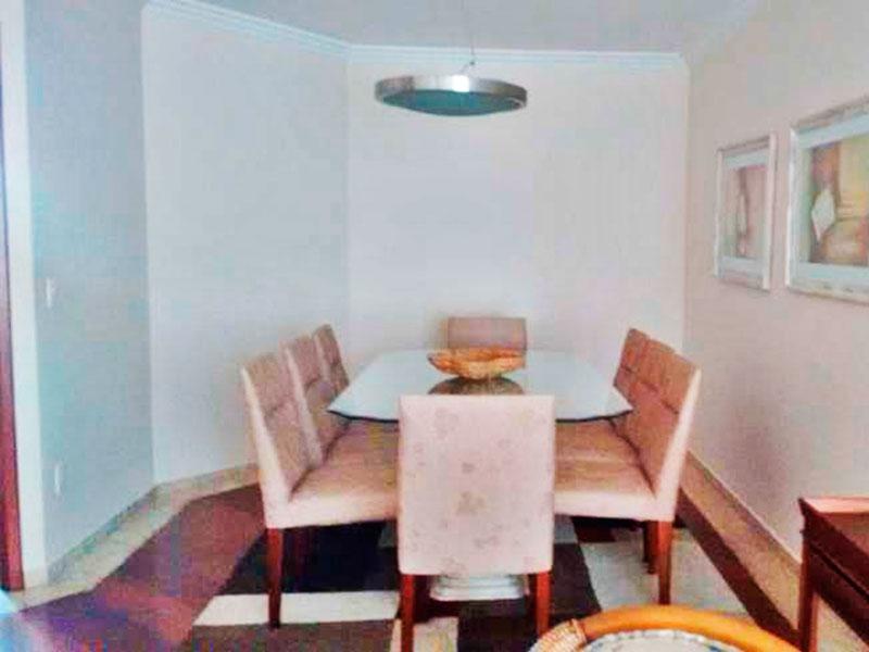 Ipiranga, Apartamento Padrão-Sala irregular com piso de laminado, teto com moldura de gesso e acesso a sacada.