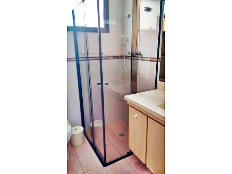 Ipiranga, Apartamento Padrão-Banheiro da suíte com piso de cerâmica, gabinete, pia de nanoglass e box de vidro.