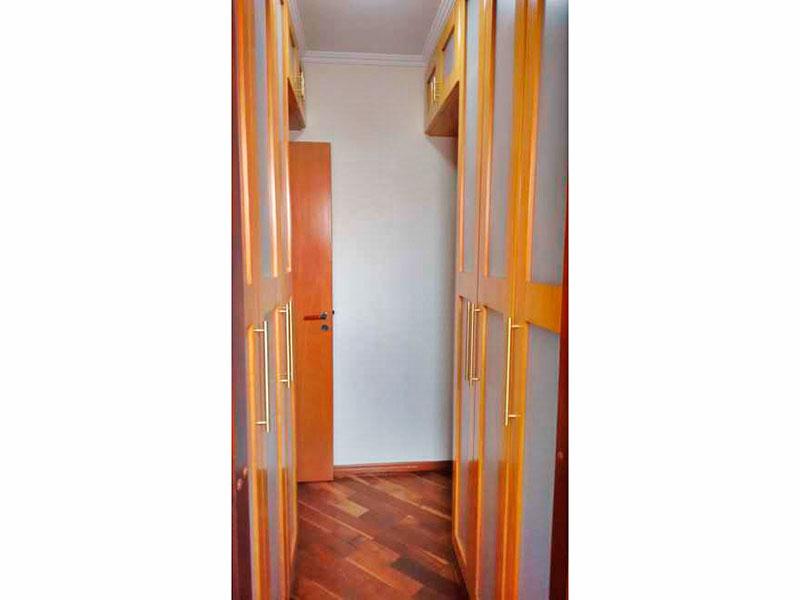 Ipiranga, Apartamento Padrão-Dependência de empregada com piso de taco, teto com moldura de gesso e armários planejados.
