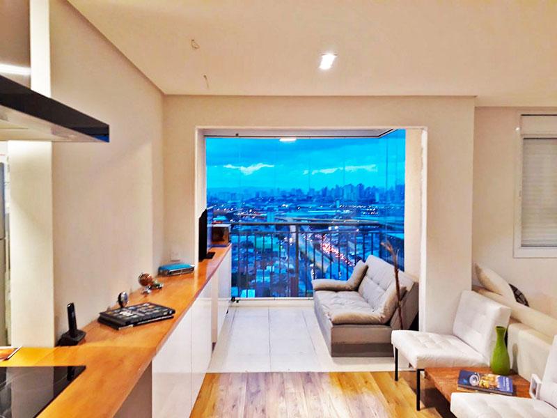 Ipiranga, Apartamento Padrão - Sala integrada com a sacada, com piso de laminado, teto com sanca, iluminação embutida e armários planejados.