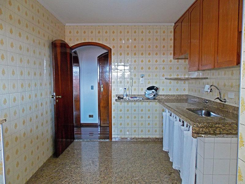 Jabaquara, Apartamento Padrão-Cozinha com piso de granito, teto com moldura de gesso, armários planejados, gabinete, pia de granito e acesso a área de serviço.