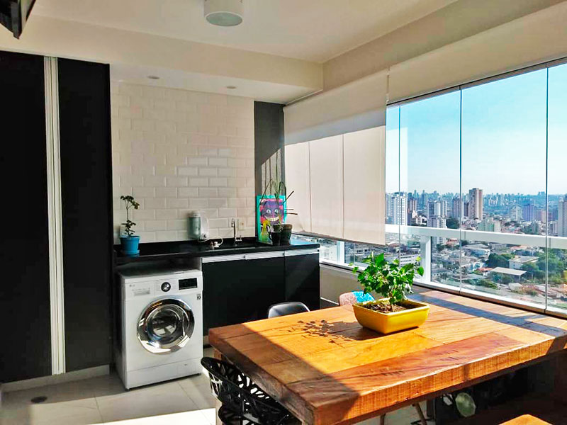 Ipiranga, Apartamento Padrão-Varanda integrada com a área de serviço, com piso de cerâmica, iluminação embutida, armários planejados, gabinete, pia de granito e fechamento de vidro.
