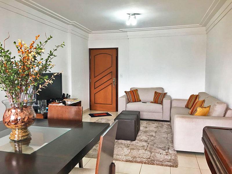 Sacomã, Apartamento Padrão-Sala com piso de porcelanato, teto com moldura de gesso e acesso a sacada.