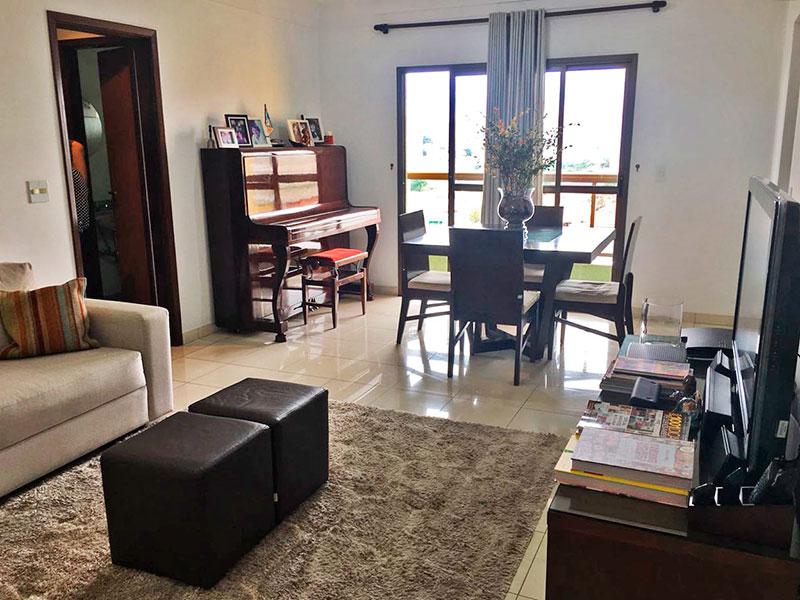 Sacomã, Apartamento Padrão - Sala com piso de porcelanato, teto com moldura de gesso e acesso a sacada.