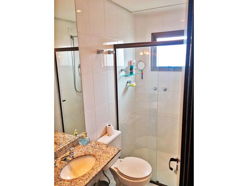 Sacomã, Apartamento Padrão-Banheiro da suíte com piso de cerâmica, teto com sanca, iluminação embutida, pia de granito e box de vidro.