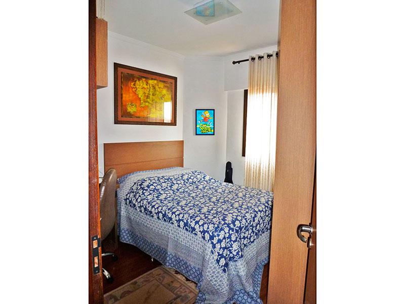 Sacomã, Apartamento Padrão-2º Quarto co piso de laminado, teto com moldura de gesso e armários panejados.