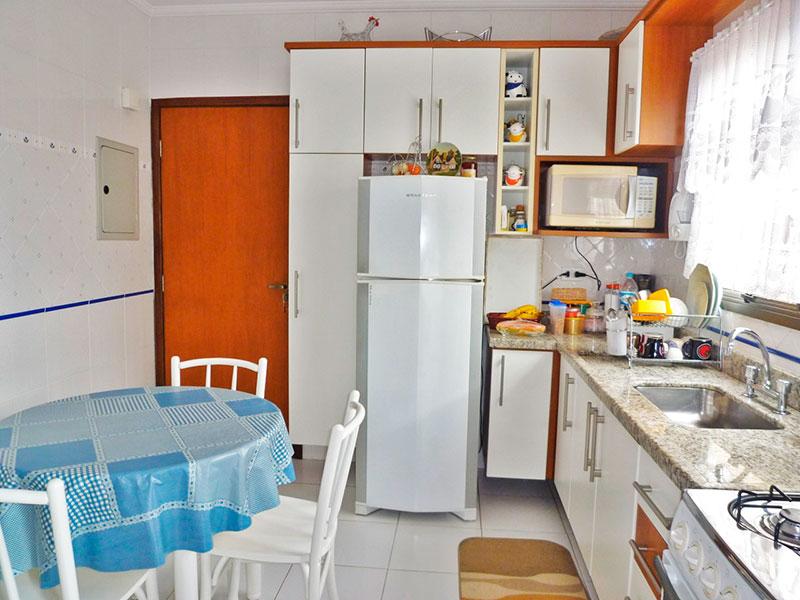 Sacomã, Apartamento Padrão-Cozinha co piso de cerâmica, teto com moldura de gesso, gabinete, pia de granito e acesso a área de serviço.