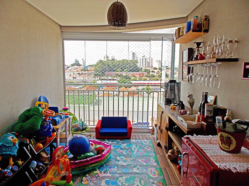 Ipiranga, Apartamento Padrão-Varanda com deck de madeira, fechamento de vidro e tela de proteção.