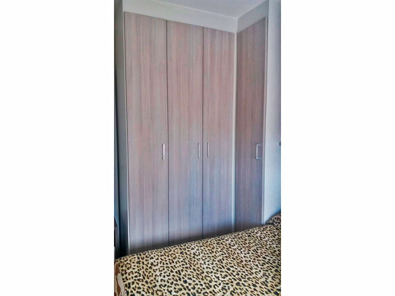 Sacomã, Apartamento Padrão-1º Quarto com piso de laminado, teto com sanca de gesso e armários planejados.