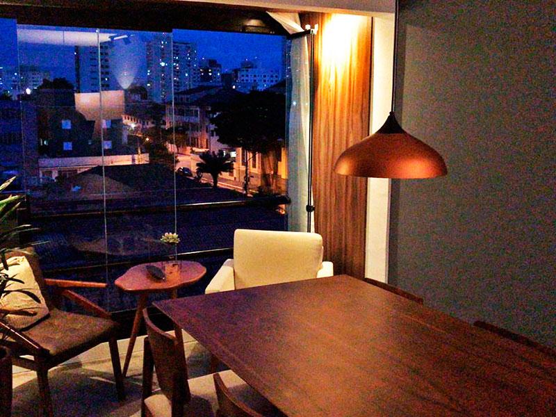Sacomã, Apartamento Padrão-Varanda (transformada em sala ampliada), com piso de cimento queimado e fechamento de vidro.