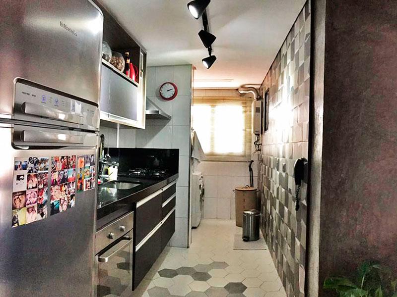 Sacomã, Apartamento Padrão-Cozinha integrada com a sala, com piso de cerâmica, teto com sanca, armários planejados, gabinete, cooktop, pia de granito e acesso a área de serviço.