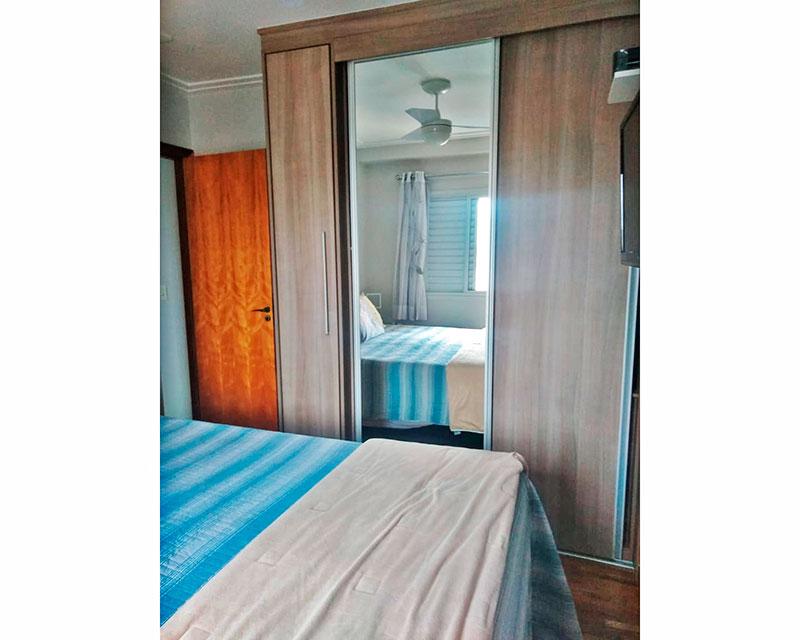 Sacomã, Apartamento Padrão-Suíte com piso de taquinho, teto com moldura de gesso e armários planejados.