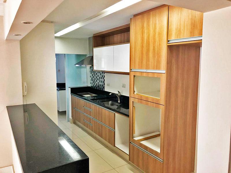 Jabaquara, Apartamento Padrão-Cozinha americana com piso de porcelanato, teto com sanca de gesso, iluminação embutida, armários planejados, gabinete, cooktop, pia de granito e acessoa área de serviço.