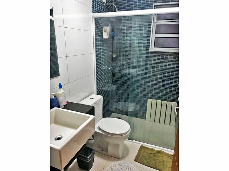 Sacomã, Apartamento Padrão-Banheiro social com piso de cerâmica, teto com moldura de gesso, pia sobreposta e box de vidro.