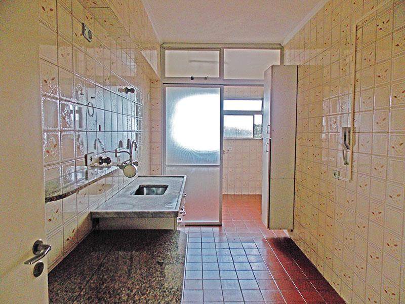 Ipiranga, Apartamento Padrão-Cozinha com piso de cerâmica, teto com moldura de gesso, armários planejados, gabinete, pia de mármore e acesso a área de serviço.