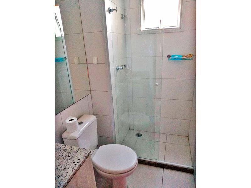 Jabaquara, Apartamento Garden-Banheiro da suíte com piso de cerâmica, gabinete, pia de mármore e box de vidro.