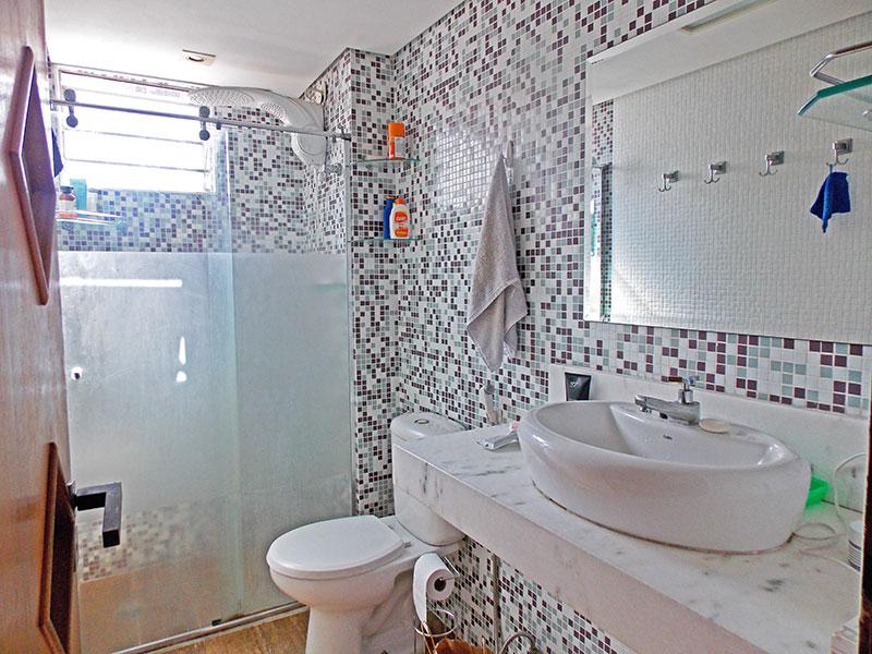 Sacomã, Apartamento Padrão-Banheiro social com piso de cerâmica, teto com sanca, iluminação embutida, pia sobreposta e box de vidro.