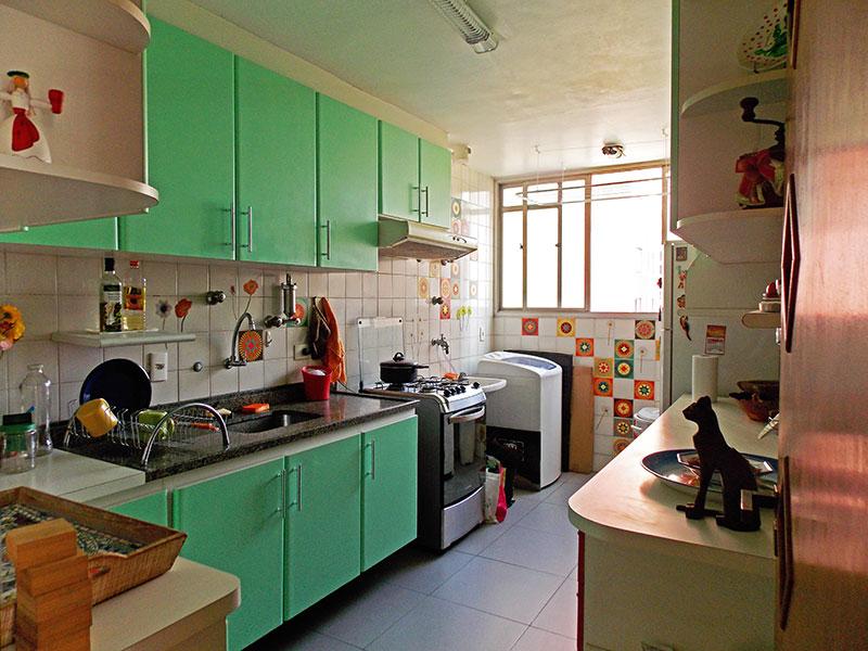 Sacomã, Apartamento Padrão-Cozinha integrada com a área de serviço, com piso de cerâmica, armários planejados, gabinete e pia de granito.