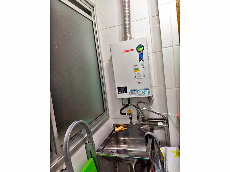 Sacomã, Apartamento Padrão-Área de serviço com piso de cerâmica, tanque de aço inox e aquecedor de passagem.