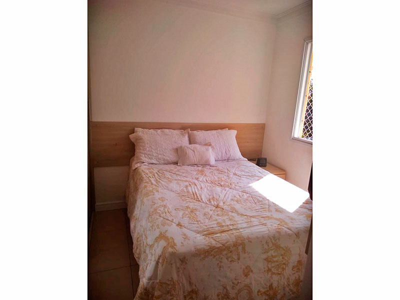 Sacomã, Apartamento Padrão-Suíte com piso de cerâmica, teto com moldura de gesso e armários planejados.