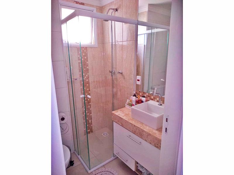 Sacomã, Apartamento Padrão-Banheiro da suíte com piso de cerâmica, teto com moldura de gesso, gabinete, pia sobreposta e box de vidro.