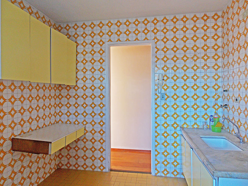 Jabaquara, Apartamento Padrão-Cozinha com piso de cerâmica, armários planejados gabinete, pia de mármore e acesso a área de serviço.