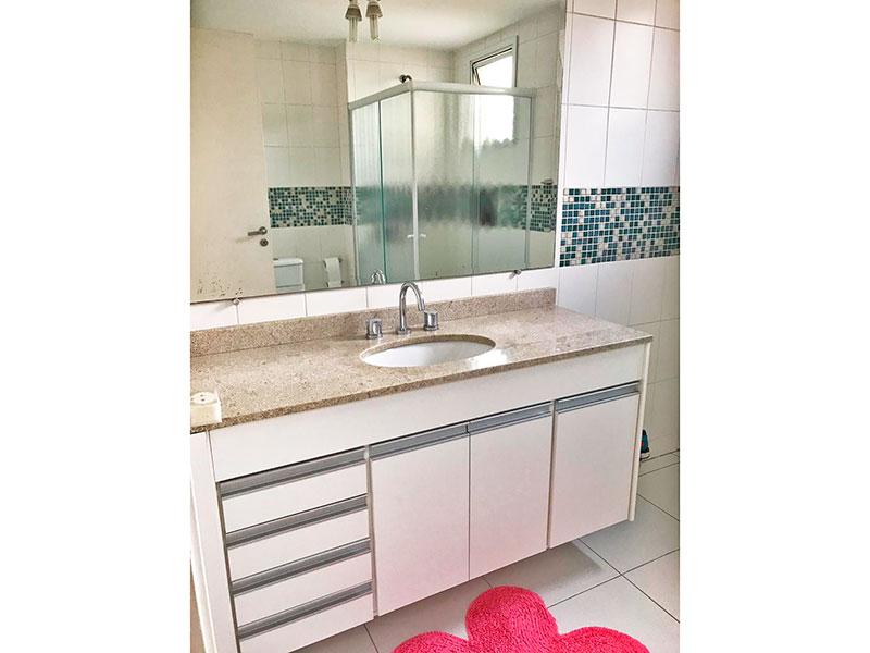Ipiranga, Apartamento Padrão-Banheiro social com piso de cerâmica, armários planejados, gabinete, pia de granito e box de vidro.