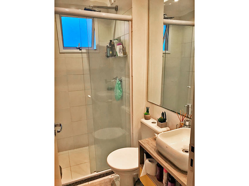 Sacomã, Apartamento Padrão-Banheiro social com piso de cerâmica, iluminação embutida, pia sobreposta e box de vidro.