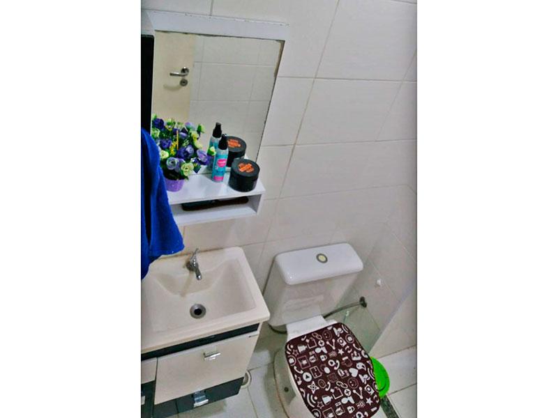 Sacomã, Apartamento Padrão-Banheiro social com piso de cerâmica, gabinete, pia sintética e box.