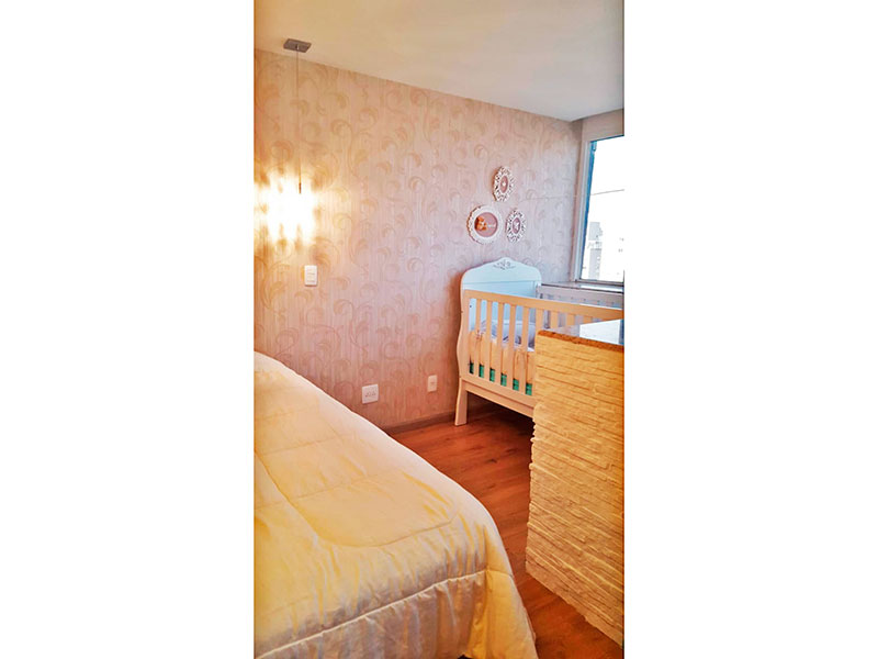 Ipiranga, Cobertura Duplex-1ª Suíte com piso de laminado, teto com sanca e armários planejados.
