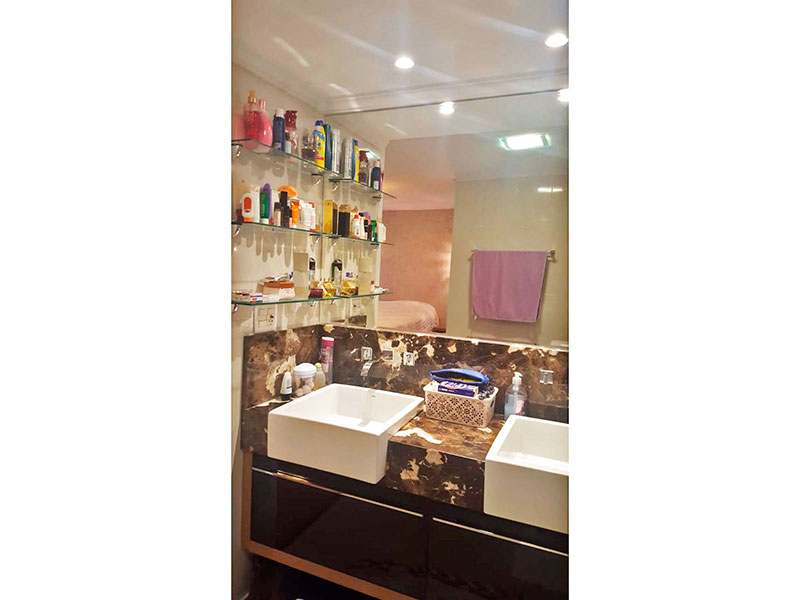 Ipiranga, Cobertura Duplex-Banheiro da 1ª suíte com piso de porcelanato, teto com moldura de gesso, iluminação embutida, gabinete, pias de nanoglass e box de vidro.