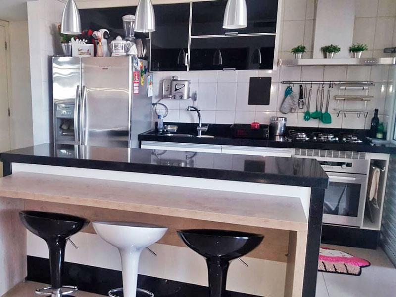 Ipiranga, Cobertura Duplex-Cozinha americana com piso de porcelanato, teto com moldura de gesso, armários planejados, gabinete, cooktop, pia de granito e acesso a área de serviço.