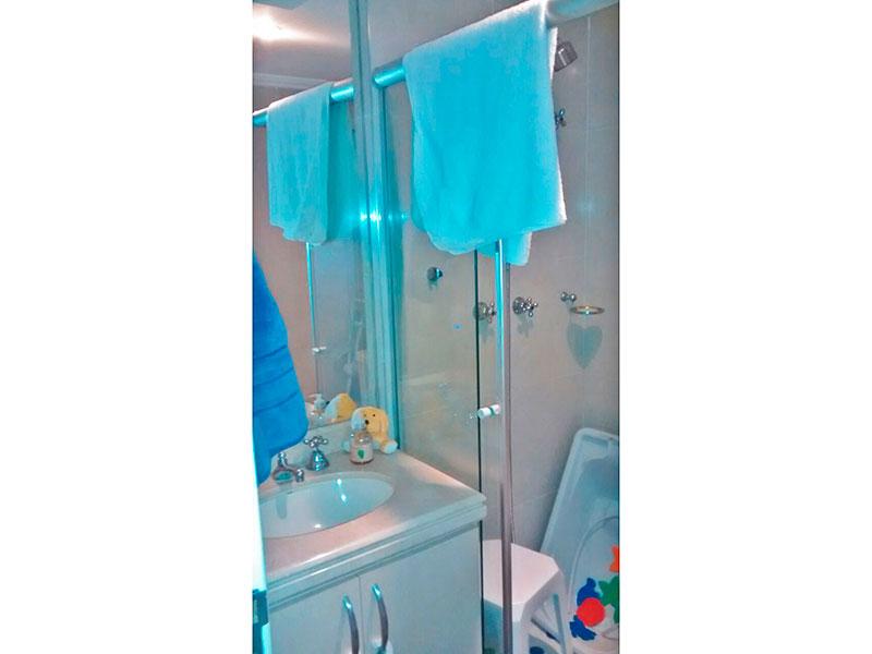 Ipiranga, Apartamento Padrão-Banheiro social com piso de cerâmica, teto com moldura de gesso, iluminação embutida, gabinete, pia de nanoglass e box de vidro.