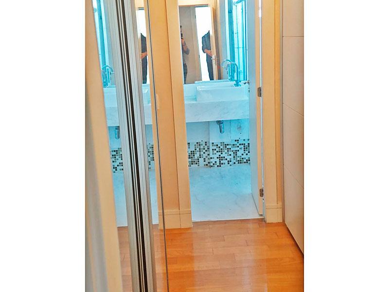 Ipiranga, Apartamento Padrão-Banheiro da 1ª suíte com piso de cerâmica, pia sobreposta e box de vidro.
