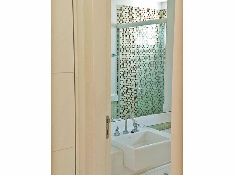 Ipiranga, Apartamento Padrão-Banheiro social com piso de cerâmica, gabinete, pia de mármore e box de vidro.