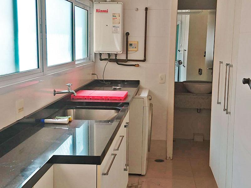 Ipiranga, Apartamento Padrão-Área de serviço integrada com o banheiro da área de serviço, com piso de cerâmica, gabinete, pia de granito e aquecedor de passagem.