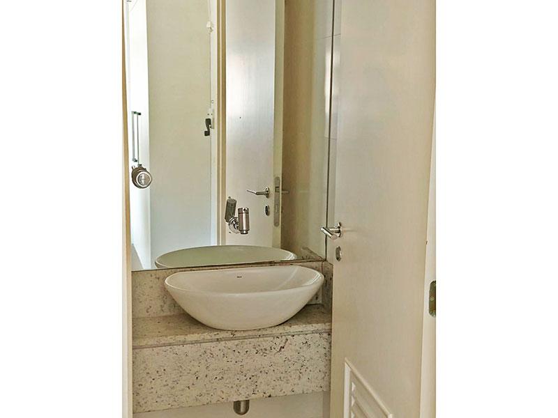Ipiranga, Apartamento Padrão-Banheiro da área de serviço com piso de cerâmica e pia sobreposta.
