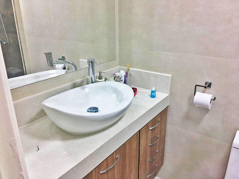 Sacomã, Apartamento Padrão-Banheiro da suíte com piso de cerâmica, teto com sanca, iluminação embutida, gabinete, pia sobreposta e box de vidro.