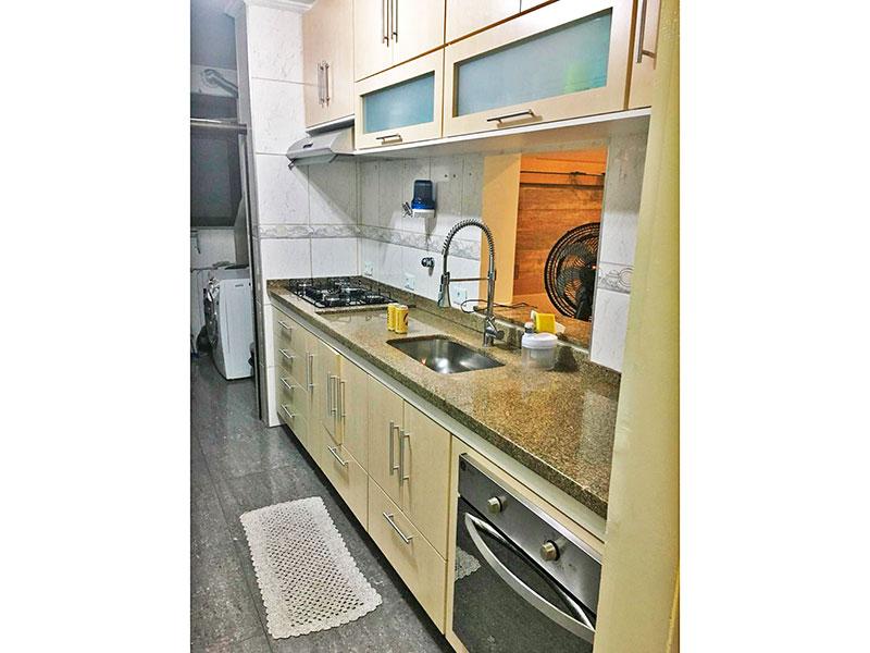 Sacomã, Apartamento Padrão-Cozinha com piso de cerâmica, teto com moldura de gesso, gabinete, cooktop, pia de granito e acesso a área de serviço.